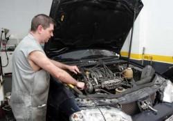 Reinstalar la bomba de agua del coche